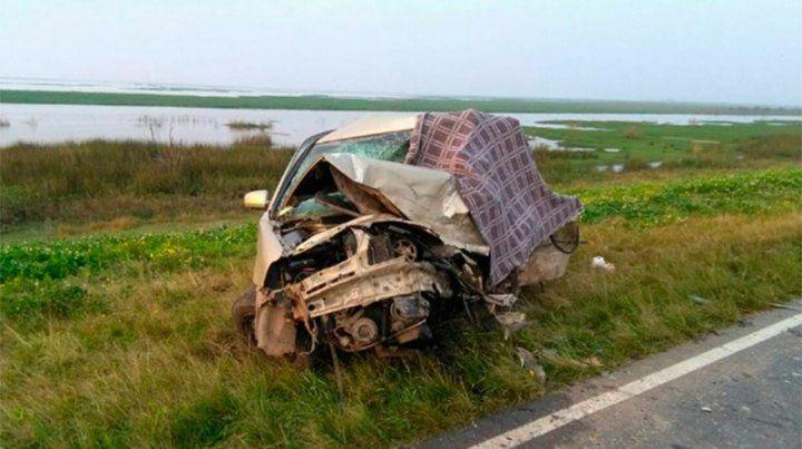 Kilómetro 38. Uno de los autos destrozados al costado de la ruta.