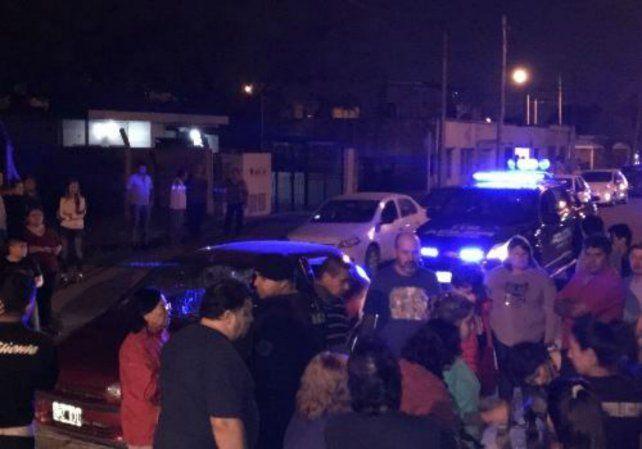 Conmoción. Los vecinos de San Lorenzo reaccionaron con furia contra el agresor de Cintia.