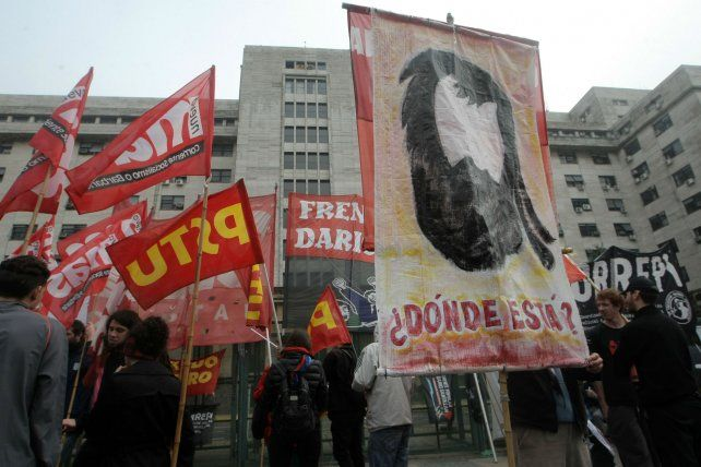 Espera. Una manifestación en apoyo a los detenidos se congregó ayer en la sede judicial de Retiro.