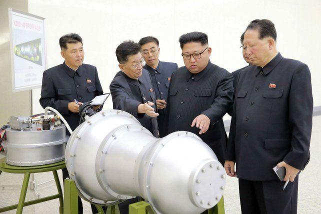 El régimen mostró a Kim Jong-un examinando lo que parece una bomba de hidrógeno.