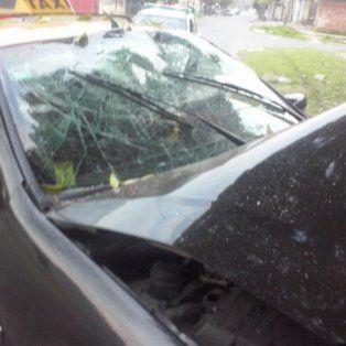 un taxista se estrello contra un arbol tras un intento de robo y quedo internado