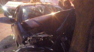 Un taxista se estrelló contra un árbol tras un intento de robo y quedó internado