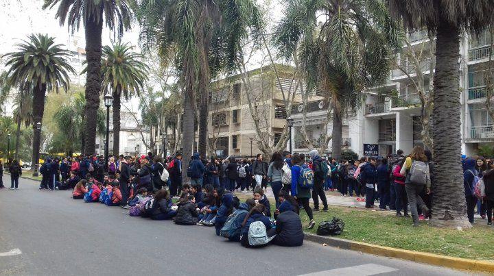 Los chicos de la escuela Urquiza debieron ser evacuados. (Foto: vía Twitter @guadacovernton)