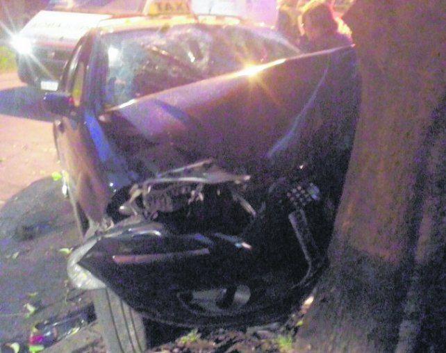 choque. El taxi impactó contra un árbol ubicado en Alem y Centeno.