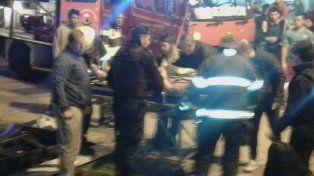 El accidente ocurrió esta noche y una mujer quedó atrapada en el VW Gol gris.