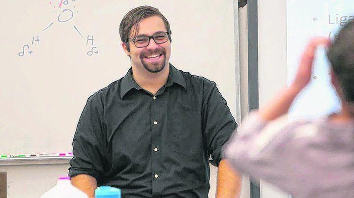 en su salsa. Tomás Péndola en sus clases de química. Su familia emigró en 2001. Hasta 2012 vivió en el limbo.