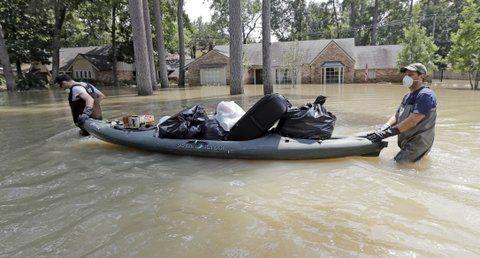 evacuados. Damnificados transportan objetos sacados de las vivendas.