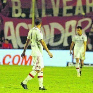 Desazón. Guevgeozian, Nery Leyes, Paz y Pocrnjic no encuentran explicación al gol en los segundos finales del partido y que sacó a Newells de la competencia. El equipo no pudo dar el salto a la siguiente fase.