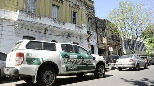 Un móvil de Gendarmería, en la puerta de la comisaría 7ª.