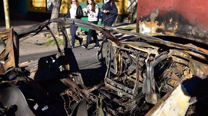 El vehículo calcinado en Corrientes y Gutiérrez. Sólo hierros retorcidos.