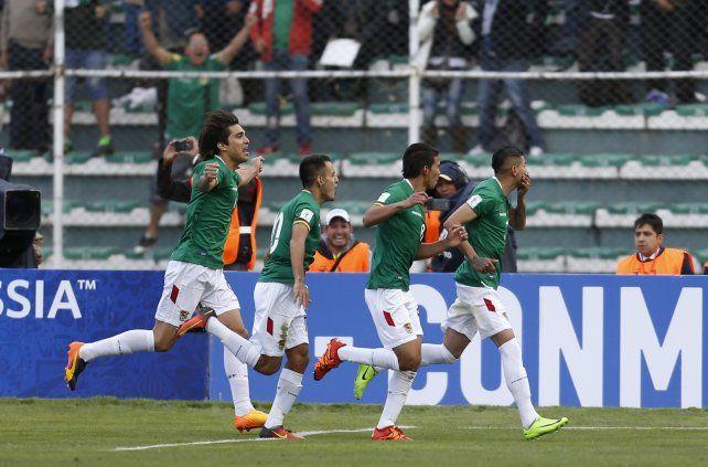 Juan Carlos Arce ya marcó el gol e inicia el camino del festejo.