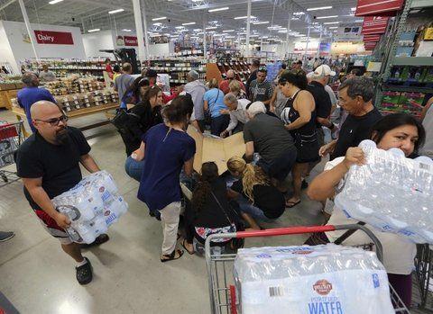abastecerse. Un supermercado de Miami es el reflejo: la gente adquirió agua mineral hasta agotar las existencias.