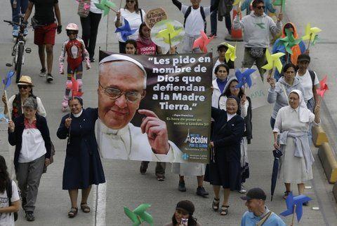 fieles. Un grupo de monjas porta una pancarta con la imagen de Francisco en el centro de Bogotá.