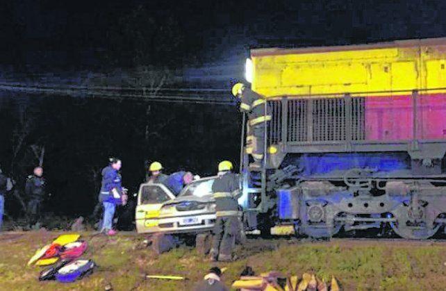 El tren atropelló a un auto en el cruce de las vías y la ruta 11