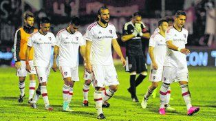 Frustración. Guevgeozian y Bianchi encabezan la salida de los futbolistas de Newells del estadio de Unión