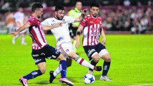 Rodeado. José San Román intenta pasar entre dos jugadores de Unión