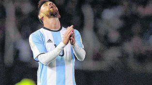 Lamento. Lionel Messi no le encuentra explicación al mal momento del equipo. El rosarino tuvo destellos de calidad pero no le alcanzó para marcar la diferencia.