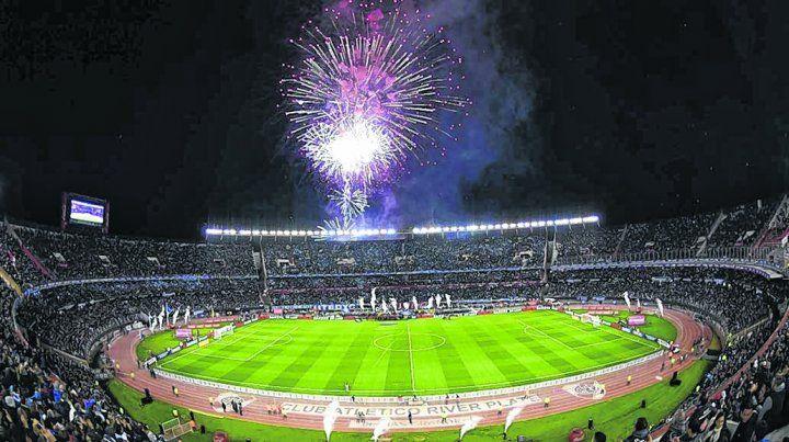 Fuegos de artificio.La previa en el estadio de Núñez estuvo acorde con la esperanza del público por un triunfo.