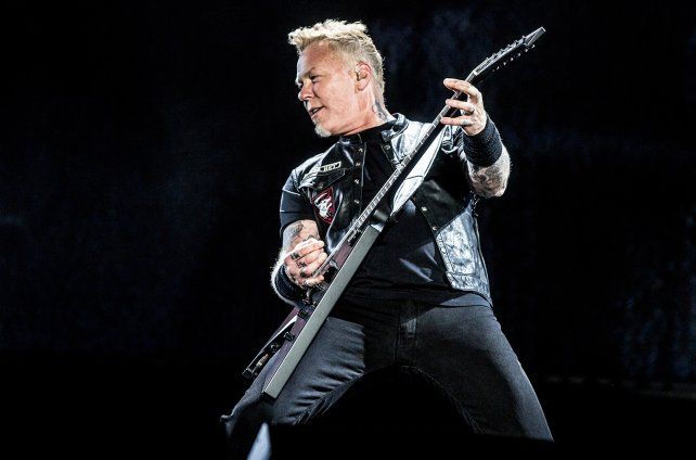El cantante de Metallica sufrió un aparatoso accidente durante un concierto en Holanda