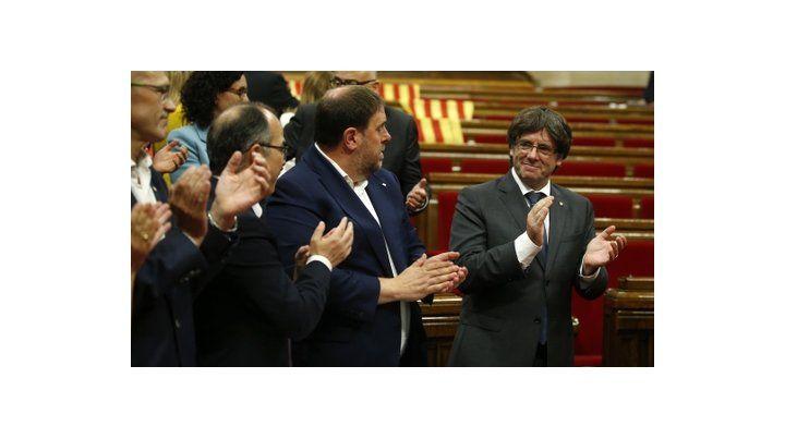 ¿Logro? El líder Carles Puigdemont recibe el aplauso de su bloque. Atrás