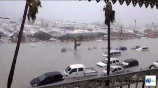 destrucción. Autos flotando y botes destrozados. La imagen corresponde a una cámara de seguridad en la terraza del hotel Beach Plaza del archipiélago de Guadalupe