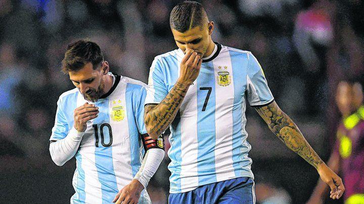 Sin respuestas. Icardi y Messi no encuentran explicación. Una imagen que se repitió en sus compañeros.