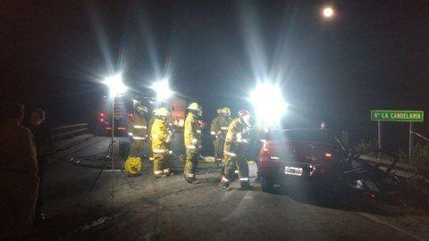 fatal. Bomberos trabajan en el auto en el que falleció una persona.