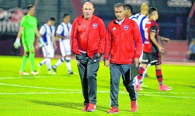 EL DT y su ayudante. El Chocho y Jorge Gabrich analizarán con qué equipo enfrentar el lunes al Globo.
