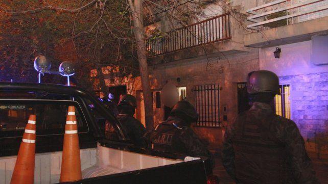 La policía en uno de los domicilios allanados anoche.