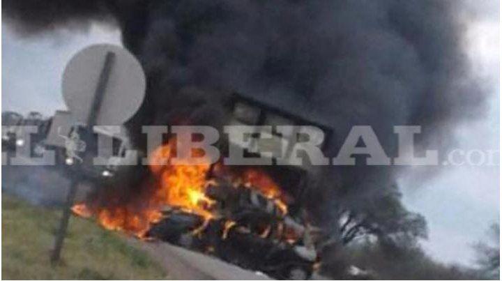 Cinco atletas rosarinos fallecieron calcinados tras chocar con un camión en la ruta 34