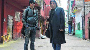 Clásico y moderno. El look rockero de Juan contrasta con el de su padre Luis