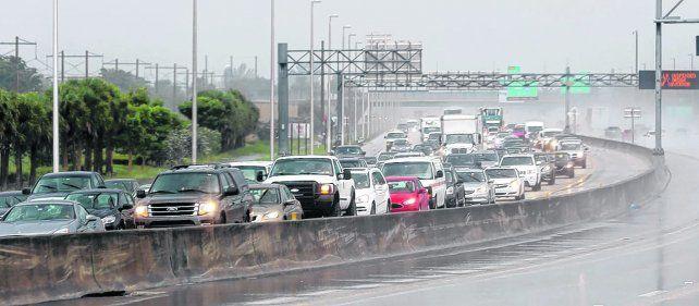 en fuga. Los automovilistas escapan del sur de Florida hacia el norte. El huracán podría ser aún peor que Andrew