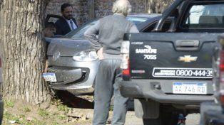 en el lugar. El fiscal Adrián Spelta detrás del auto en el que asesinaron a Emanuel Medina y David Campos.