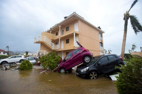 ciudad castigada. Autos dañados y apilados en Marigot