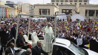 Fervor católico. Francisco arriba en el papamóvil a la Plaza Bolívar