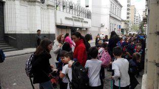 evacuados. Los alumnos del Colegio Nuestra Señora del Huerto, ayer, en la vereda mientras actúa Explosivos.