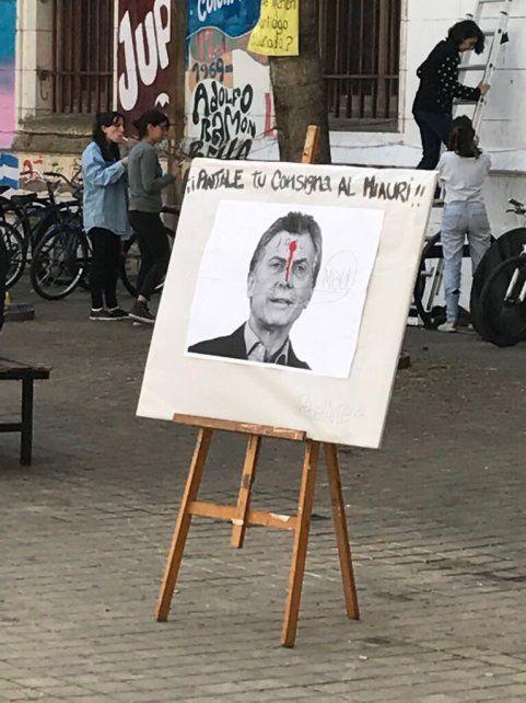 El afiche exhibido en la Facultad de Humanidades.