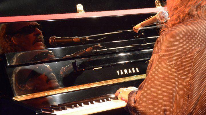 Litto al frente del piano Yamaha que se incorpora al patrimonio de la Plataforma Lavardén.