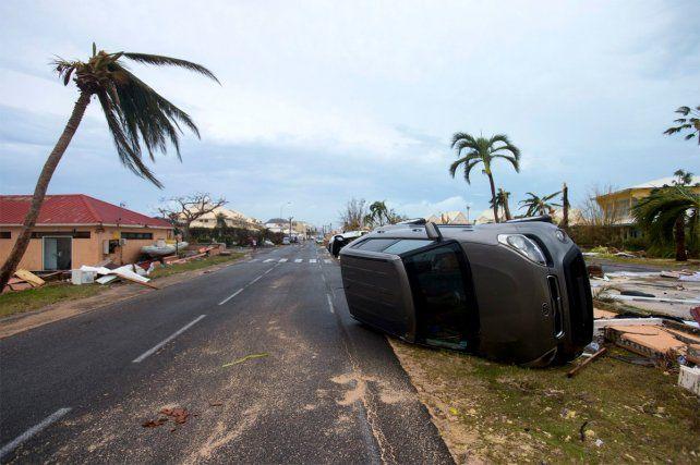 Volcado. Un auto y el reflejo de la potencia del huracán Irma en su paso por Saint Martin.