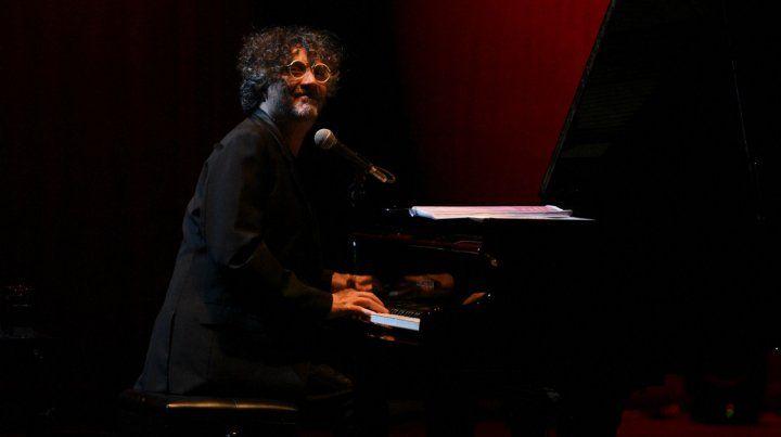 A reinventarse. El rosarino volvió a su terruño con un espectáculo de piano solo y una larga lista de hits.