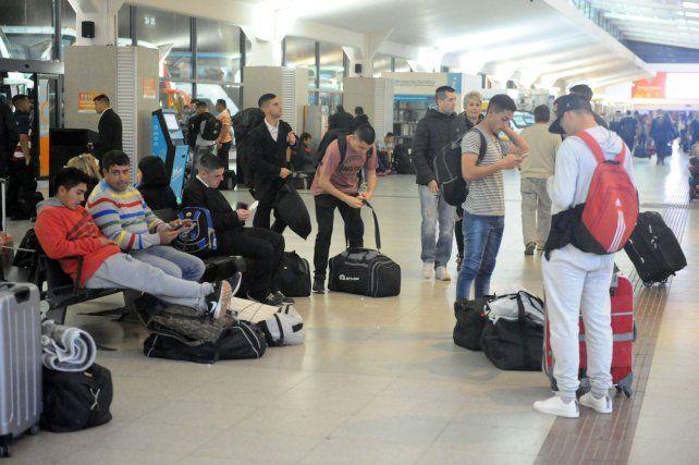 Los pasajeros anoche en la Terminal Mariano Moreno se encontraron con viajes suspendidos.