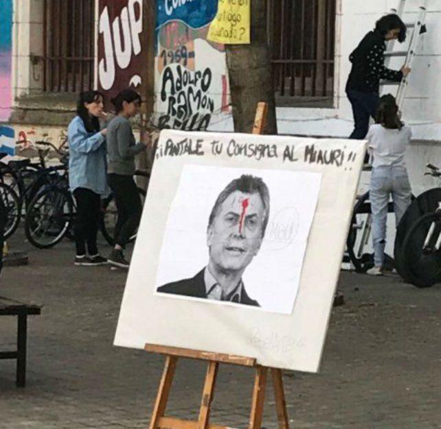 Mala idea. A la foto del presidente le pintaron un tiro en la frente.