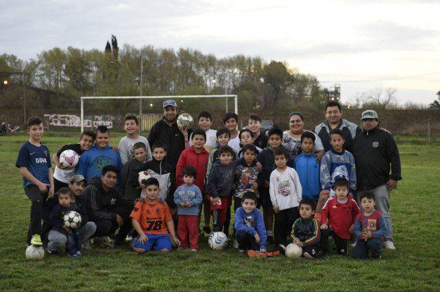 Dirigentes y jugadores en la cancha de Vera Mujica y Lamadrid. Allí entrenan 65 pibes de entre 4 y 12 años.
