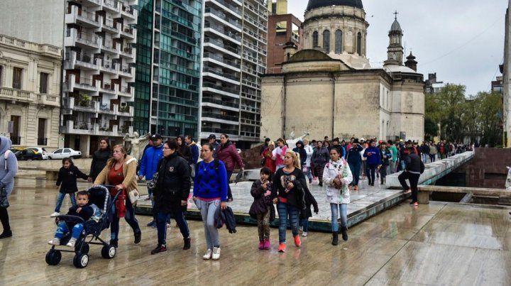 Las delegaciones llegaron esta mañana al Monumento a pesar del mal tiempo.