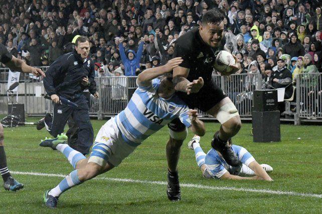 Vaea Fifita corre hacia el try y el argentino Santiago Cordero lo intenta derribar.
