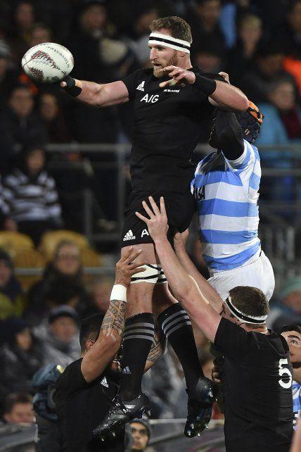 El capitán del equipo de Nueva Zelanda Kieran Read intenta capturar la pelota en un line.