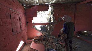 Un hombre observa el estado en que quedó su casa tras el terremoto en México que tuvo epicentro en Chiapas.