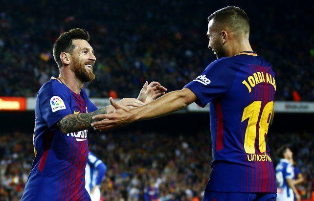 Lionel Messi acaba de marcar y corre a abrazarse con su compañero Jordi Alba.