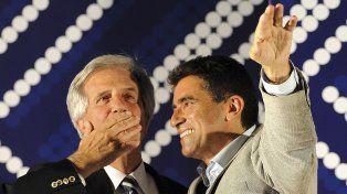 Le soltó la mano. Tabaré Vázquez y Sendic celebran el triunfo electoral de la coalición de izquierda Frente Amplio