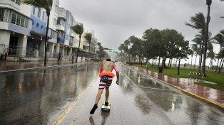 Avenida. El floridano Funky Matas corre con su skate a lo largo de South Beach